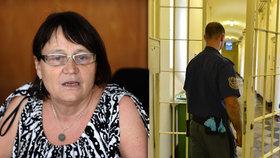 Svlékání do naha, dřepování, toaleťák jen na požádání: Ombudsmanka Šabatová kritizuje policejní cely