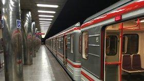 Mezi Muzeem a Kačerovem od pátku do neděle nepojede metro: DPP vymění 392 starých pražců