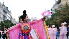 Centrem Prahy prošel barevný průvod. Upozornil na násilné odběry orgánů v Číně
