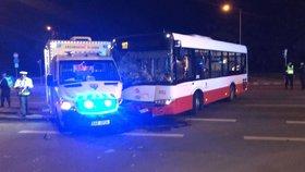 Sanitka s pacientem v Krči bourala: Srazila se s autobusem