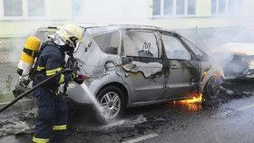 Auto v Praze 5 pohltily plameny: Škodu hasiči vypočítali na 450 tisíc