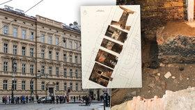 Unikátní hradby ze 13. století v Křižovnické ulici už lidé neuvidí. Památkáři je chtějí zakrýt