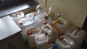 Čtyři dealery drog zadrželi policisté: U nich doma našli 340 gramů pervitinu