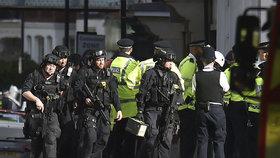 Britové mají třetího podezřelého z útoku v metru. Nadále pátrají na čtyřech adresách