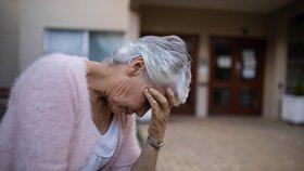 Stop šmejdům i přepadeným babičkám. Kurz sebeobrany naučí seniory, jak se bránit