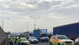 Vážná nehoda na D1 směrem do Prahy: Automobil smetl motorkáře, zasahoval vrtulník