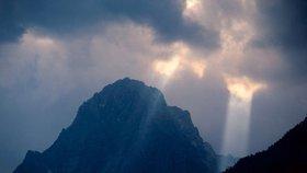 Padal 25 metrů. Český alpinista se vážně zranil v rakouských Alpách