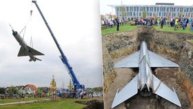V Dolních Břežanech pohřbili pod zem starou stíhačku. Co to má znamenat?