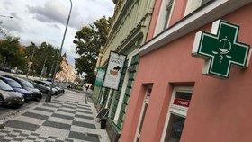 Žena přepadla lékárnu v Karlíně: Pistolí pracovníky nezastrašila