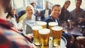 Piva v plechovkách si Češi kupují víc. V restauracích se pije méně