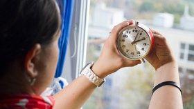 Konec přetáčení času? Polsko chce jako první z EU posouvání hodiny zrušit