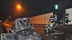 Strahovský tunel uzavřel požár auta: Před vjezdem se tvořily dlouhé kolony