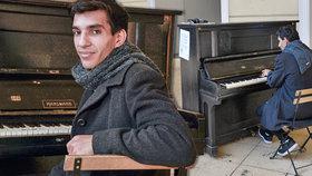 Virtuos z děcáku: Roberta zmlátili skini, půl roku žil na ulici, teď září za pianem