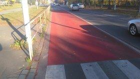Nový rudý pruh na silnici v Ďáblicích: Proč ho sem radnice umístila?