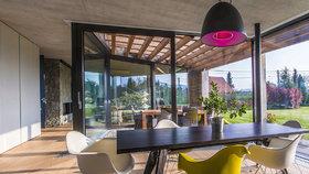 Nepovedený dům zbourali. Nahradil ho stylový domov s výhledem do přírody