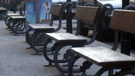 Konec zničeným lavičkám v Praze, město vybralo vítěznou podobu. Nové budou i koše a stojany na kola
