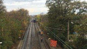 Vlak ve Strašnicích usmrtil chodce: Provoz na trati zastavili