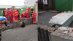 Dělníka (61), kterého zavalila zeď, záchranáři oživili: V kritickém stavu bojuje o život