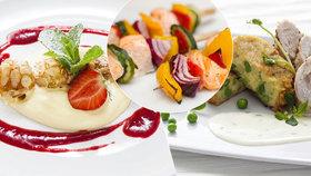 Lososové špízy, bramborové placičky se sýrem a minikoblížky: 3 recepty na víkendové pošušňání