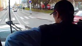 Tramvaják »smetl« auto, které mu zkřížilo cestu: Svoji první nehodu natočil
