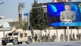 Na televizi zaútočili teroristé. Nejméně zraněný reportér šel hned po útoku vysílat