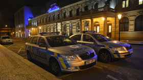 Policisté blokovali na Florenci jízdní pruh: Máme problém tu zaparkovat, říkají