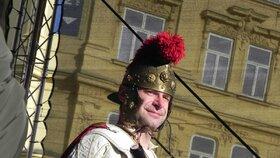 Průvod se svatým Martinem projel Brnem: Milovníci letošního mladého červeného vína se dočkali!