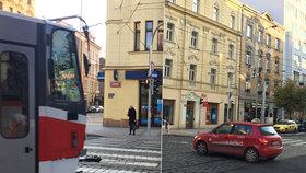 Zmatené semafory v Holešovicích, chodci čekají dlouho na zelenou: Může za to technická závada