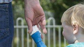 Táta vyrobil umělou ruku pro syna, který o ni přišel krátce po narození. Jak to dokázal?