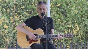 Zpíval, dokud udržel kytaru! Wabi Daněk (†70) byl na posledních koncertech kost a kůže