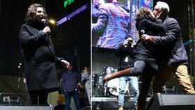 Těhotná Issová si 17. listopad užila: Na jevišti skoro umačkala Hanáka!