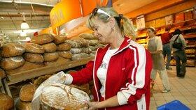 Pečivo ze země zákazníkům a prskání: Obchody v Česku mají problém s hygienou
