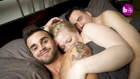Tři v jedné posteli: Britka žije v domácnosti s párem gayů