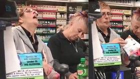 Zaměstnankyně měsíce: Zfetované pokladní vytuhly na kase přímo během obsluhování zákazníka!