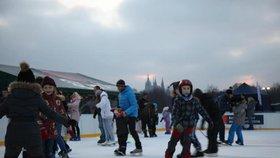 Zimní radovánky v Praze: Sportovní nadšenci si zabruslí na Letné, zaběžkují na Vypichu