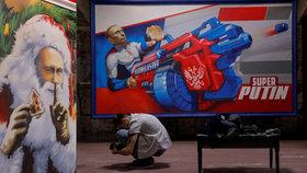 """Superman, gladiátor i Děda Mráz: Bizarní výstava ukazuje """"všemi milovaného"""" Putina"""