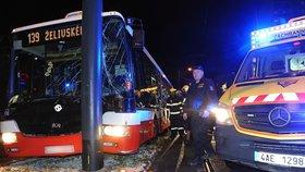 Autobus MHD po srážce s tramvají skončil v lampě: Zranili se tři lidé