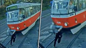 Děsivé video: Kluk v Brně přebíhal před tramvají! Ta ho smetla!