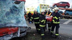 Devět zraněných: Autobus se na jihu Prahy srazil s náklaďákem
