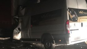 Náklaďák s prasklými koly vezl cihly a napálil do mikrobusu: 18 mrtvých, 14 zraněných