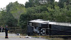 12 mrtvých po nehodě autobusu s turisty. Jeli za pyramidami Mayů, řidič z místa utekl