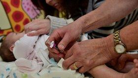 """Změny v očkování dětí: Hexavakcíny ubude, """"dívčí"""" vakcína bude i pro kluky"""