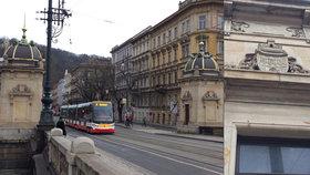 Tramvaj zastavila, průvodčí vystoupil a zaplatil za průjezd. Mostné v Praze začalo zdržovat