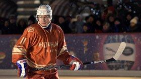 """Putin ovládl hokejovou plochu na Rudém náměstí. Góly střílel """"levou zadní"""""""