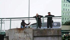 Muž seděl na Žižkově na okraji mostu: Strážníci ho přemluvili, aby přelezl do bezpečí