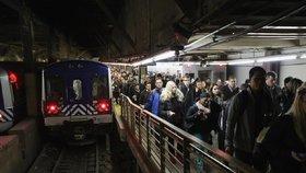 V New Yorku se v metru srazily dva vlaky. Do tunelu museli hasiči