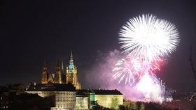 """""""Nádherný, skvělý, luxusní."""" Lidé si chválí ohňostroj, kterým Praha přivítala rok 2018"""