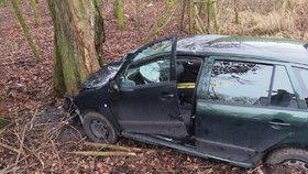 Děsivá nehoda ve Vinoři: Řidička vyletěla ze silnice, zůstala zaklíněná v autě
