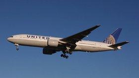 Letadlo muselo přistát kvůli zápachu. Cestující rozmazal po stěnách fekálie