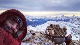 Noid utekl do hor: Přežívá s kotlíkem na sněhu v mrazivých Alpách